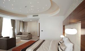 房间里的沙发与双人床摄影高清图片