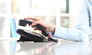 用手摘掉电话机的客服人物高清图片