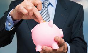 手拿粉色猪猪存钱罐的人物高清图片