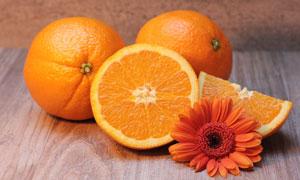 鲜美多汁橙子与非洲菊摄影高清图片
