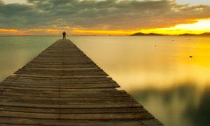 延伸到湖面之上的浮桥摄影高清图片