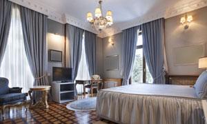 房间双人床与空白装饰画等高清图片