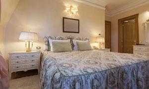 卧室台灯床头柜与床等摄影高清图片