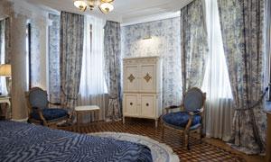 房间里的大床与椅子等摄影高清图片