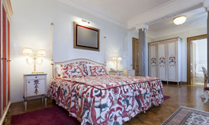 卧室双人床与衣柜家具摄影高清图片