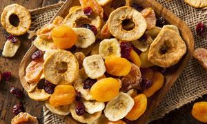 放在木盘里的水果干等摄影高清图片