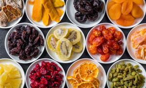 分盘盛放的多种水果干摄影高清图片