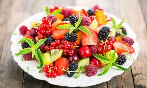 在盘子里的草莓等水果早餐高清图片