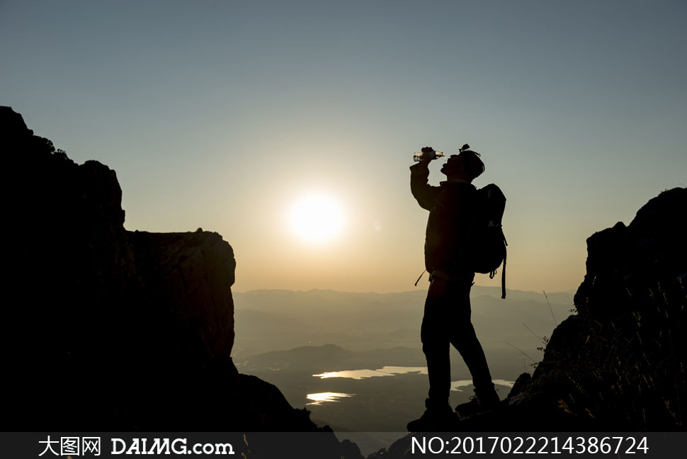 高清大图图片素材摄影人物登山登顶登山杖远山山峦群山意境山顶剪影