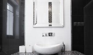 用马赛克瓷砖点缀的卫生间高清图片