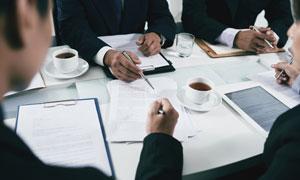 在开会商讨事务的商务人物高清图片