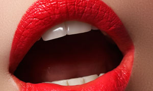 涂抹了口红的鲜红嘴唇摄影高清图片