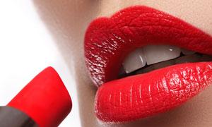 涂红色口红的嘴唇特写摄影高清图片