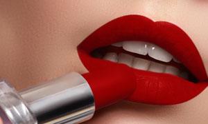 在涂着口红的人物嘴唇特写高清图片