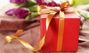 金色丝带包装的礼物盒摄影高清图片