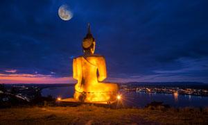 在湄公河畔的金色佛像摄影高清图片