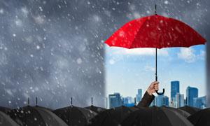 城市建筑物与红色雨伞创意高清图片