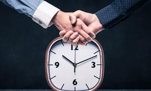 时钟与握手的场景创意摄影高清图片