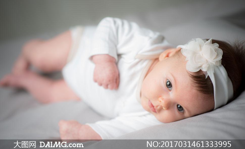 睁着明亮大眼睛的可爱宝宝高清图片