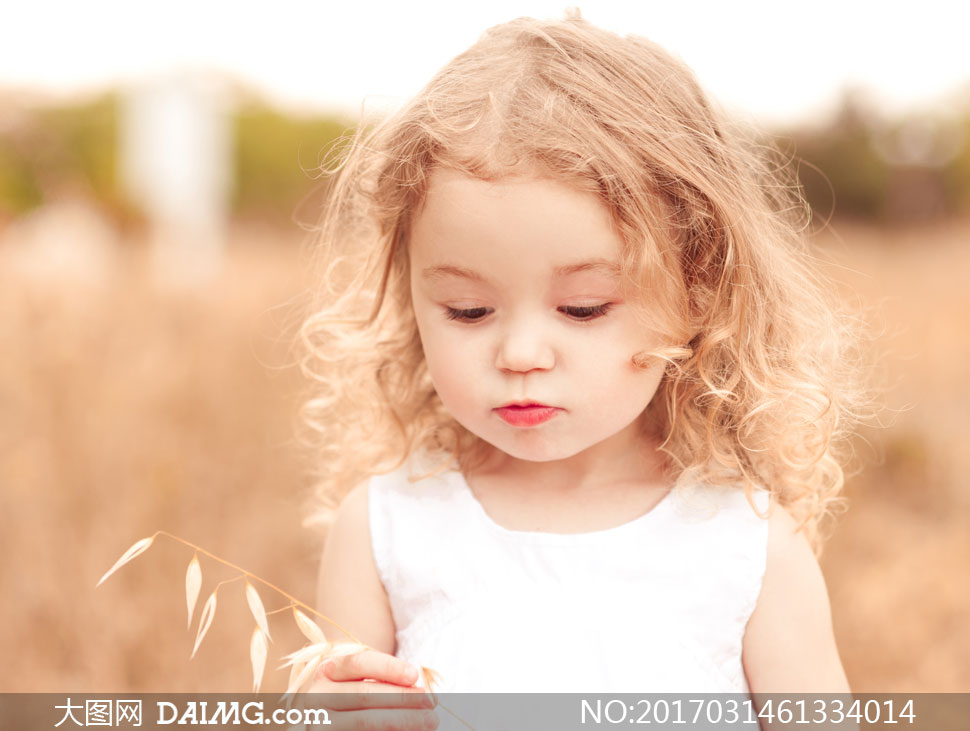 关 键 词: 高清摄影大图图片素材人物儿童小女孩小孩卷发裙子白裙