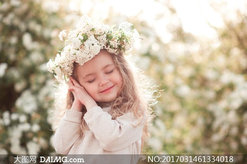 小女孩小孩卷发写真花环头饰发饰微笑鲜花花篮长袖花朵白花闭着眼闭眼