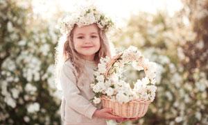 双手捧着花篮的开心小女孩高清图片