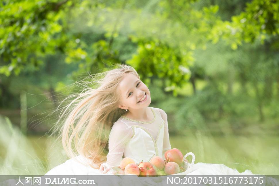 关 键 词: 高清摄影大图图片素材人物女孩开心笑容长发秀发可爱草地