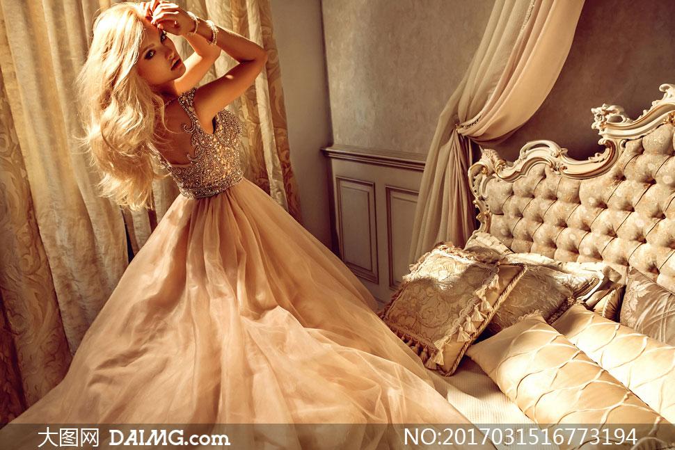 侧偏金发长裙美女人物摄影高清图片