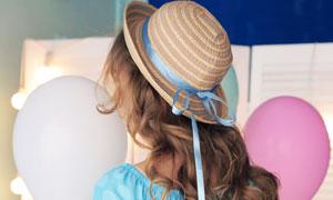 拿着白色气球的披肩发美女高清图片