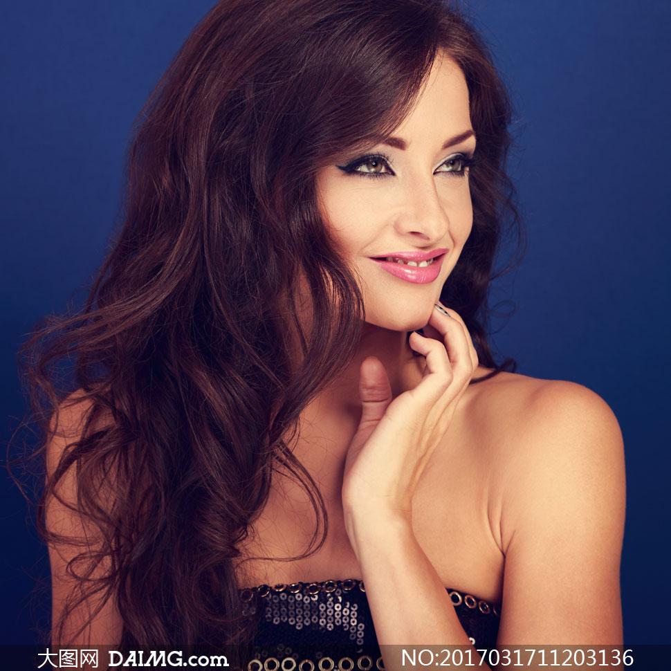 开心笑容卷发美女人物摄影高清图片