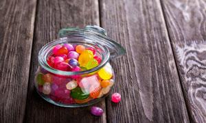 桌面上放在玻璃罐里的糖果高清图片