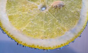 浸泡在水里的柠檬特写摄影高清图片