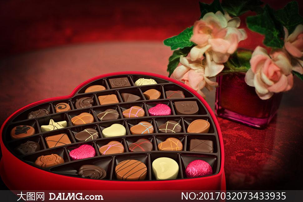 心形礼物盒里的巧克力摄影高清图片