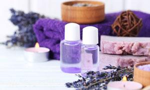 精油蜡烛与紫色毛巾等摄影高清图片