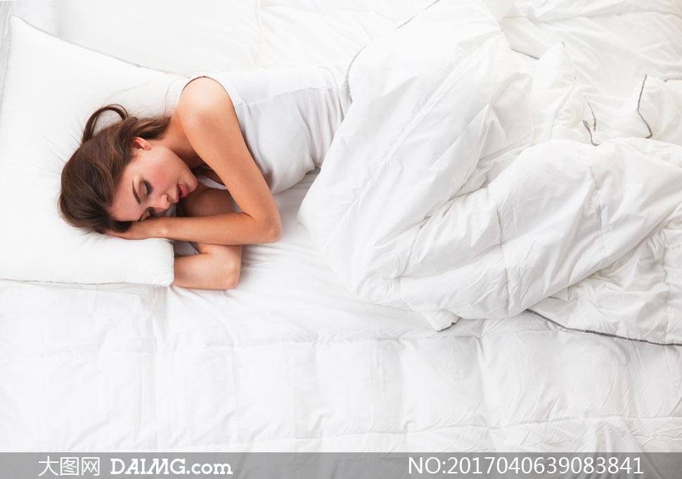 大图首页 高清图片 美女图片 > 素材信息          怀抱着枕头入睡的