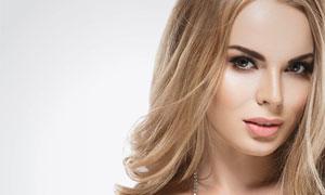 戴耳饰的中分秀发美女摄影高清图片