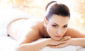 趴着做美容护肤的美女摄影高清图片