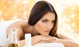 在做美容的披肩发美女摄影高清图片