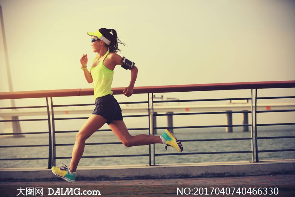模特健身运动桥上桥面大桥栏杆臂带运动鞋跑步慢跑短裤背心侧面眼镜墨