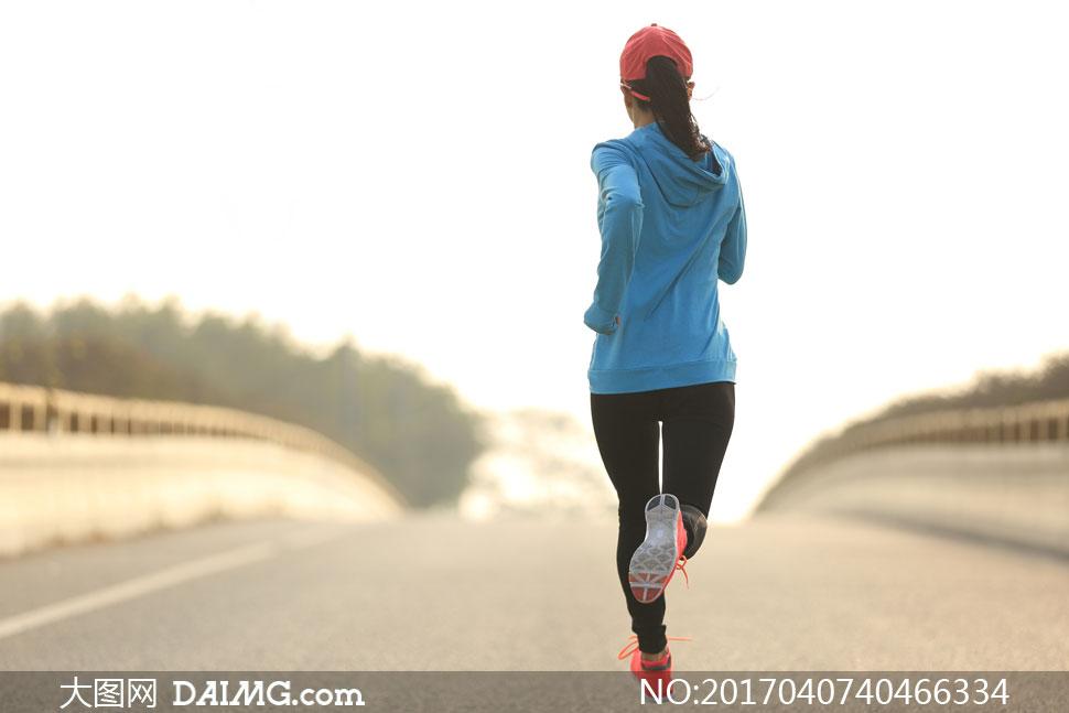模特健身运动局部桥上桥面大桥栏杆运动鞋跑步慢跑背影背后帽子蓝色马