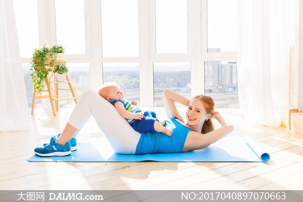 有宝宝负重的卷腹运动美女高清图片