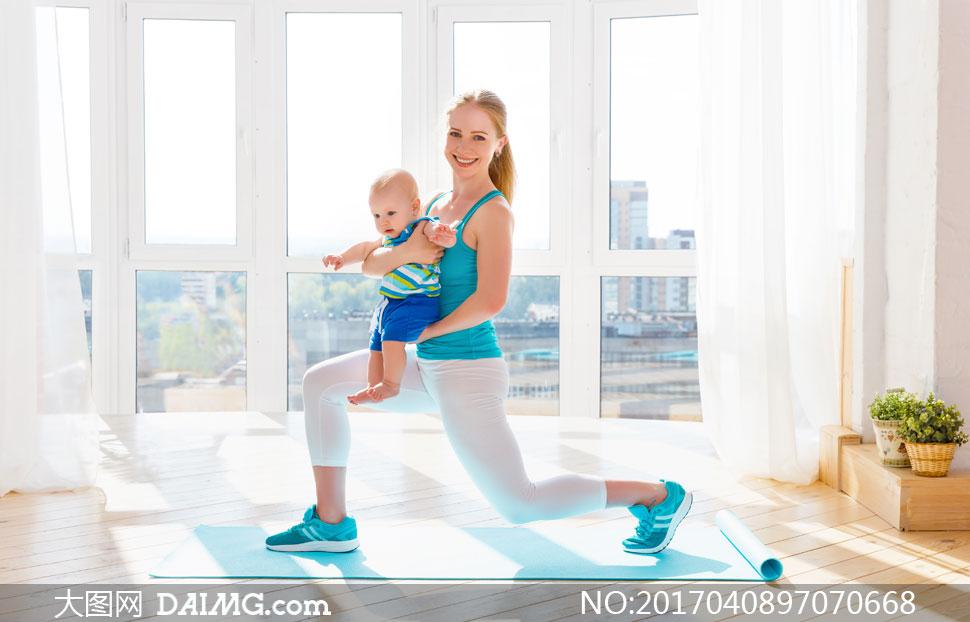 抱着小宝宝的运动妈妈摄影高清图片