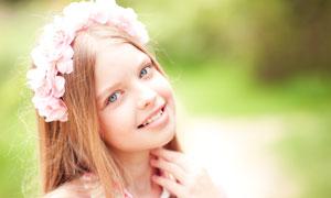 戴着粉红花饰的小女孩摄影高清图片