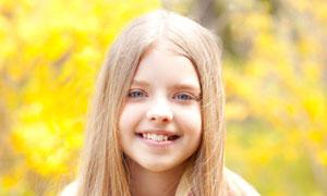 春天踏青的可爱小女孩摄影高清图片