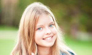 面带笑容的长发小女孩摄影高清图片