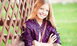 身穿紫色皮外套的女孩摄影高清图片
