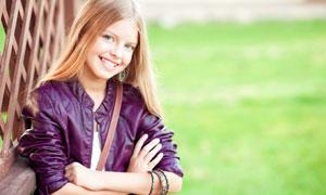 笑容灿烂的开心小女孩摄影高清图片