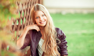 紫色皮衣干练打扮女孩摄影高清图片