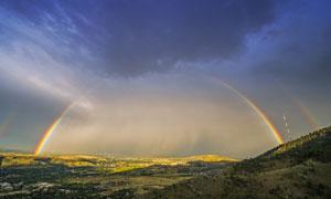 丘陵地貌与雨后的彩虹摄影高清图片