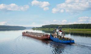 天空白云与水面上的运沙船高清图片